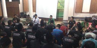 Dr. Nur Ahmad (baju putih peci hitam) saat menghadiri PDK Ansor dan Diklatsar Banser terpadu PAC Ansor Mlonggo di Masjid Ponpes Mata Hati, Sinanggul, Jepara, Sabtu (30/09/2017) malam. Foto: Ainul